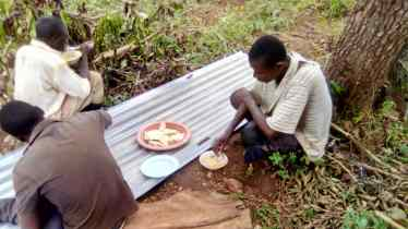 We provide lunch for the builders, psho (ground maize) and beans!